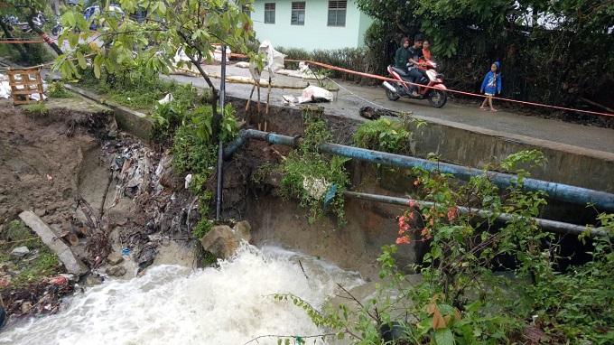 Pipa PDAM Tirtauli pecah akibat tanah longsor di Nagori Laras Dua